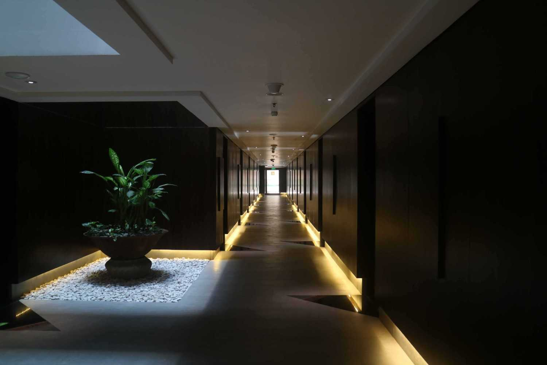 Foto inspirasi ide desain koridor dan lorong modern Hallway oleh Monokroma Architect di Arsitag