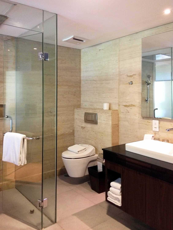 Foto inspirasi ide desain kamar mandi minimalis Bathroom oleh Monokroma Architect di Arsitag