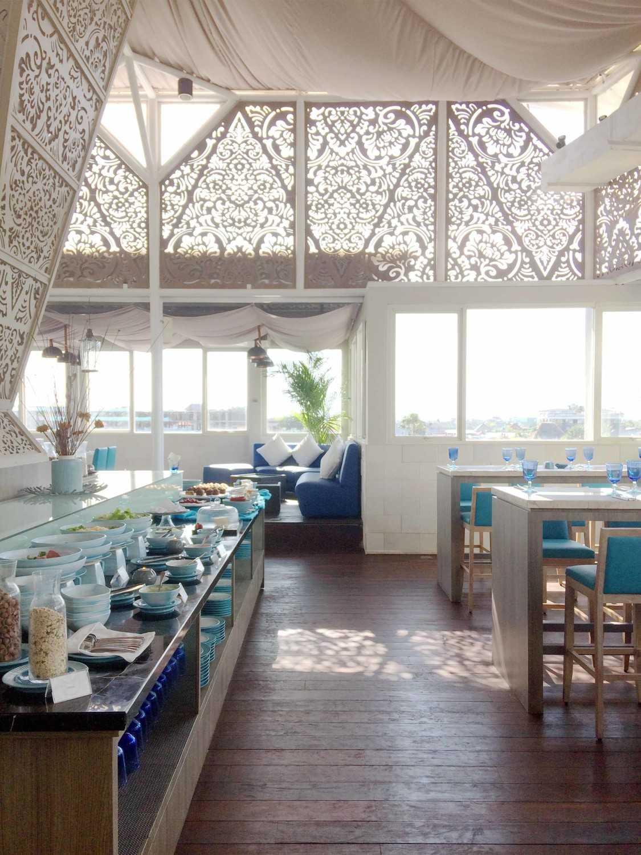 Foto inspirasi ide desain atap Rooftop restaurant oleh Monokroma Architect di Arsitag