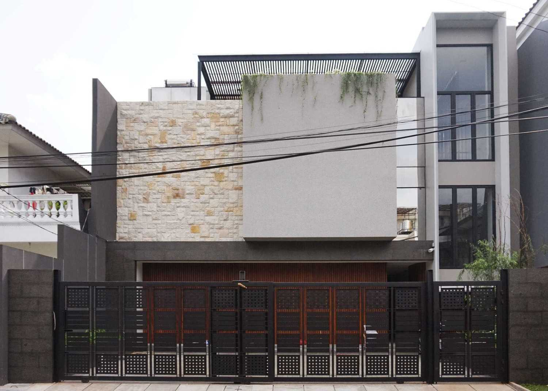 Foto inspirasi ide desain rumah modern 1-tampak-depan oleh Monokroma Architect di Arsitag