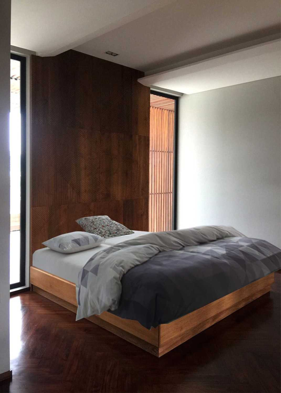 Foto inspirasi ide desain kamar tidur minimalis 12-kamar-tidur oleh Monokroma Architect di Arsitag