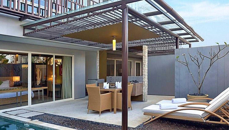 Foto inspirasi ide desain ruang makan kontemporer Pool side dining room oleh Monokroma Architect di Arsitag