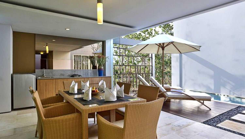 Foto inspirasi ide desain ruang makan modern Pool side dining room oleh Monokroma Architect di Arsitag