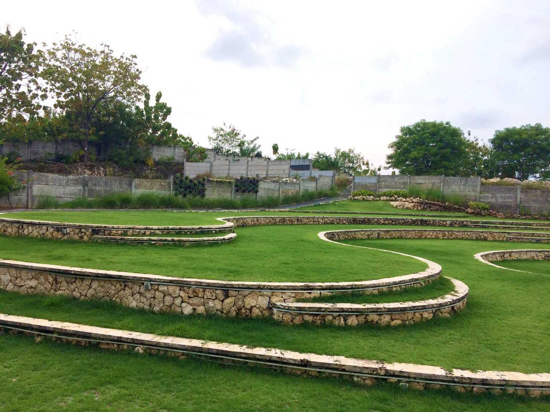 Foto inspirasi ide desain taman tropis Terracing yard oleh Monokroma Architect di Arsitag