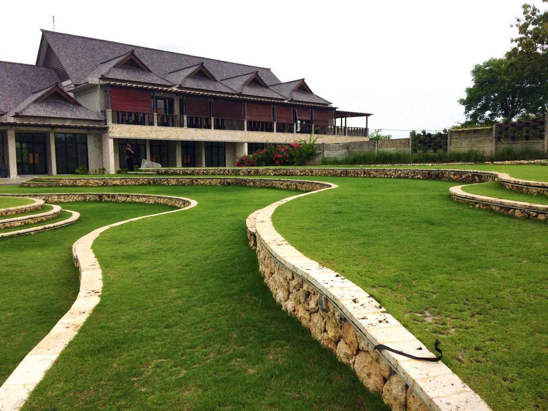 Foto inspirasi ide desain exterior tropis Terracing yard oleh Monokroma Architect di Arsitag