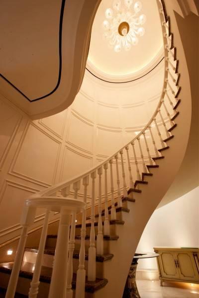 Foto inspirasi ide desain tangga klasik Stairs oleh Parama Dharma di Arsitag