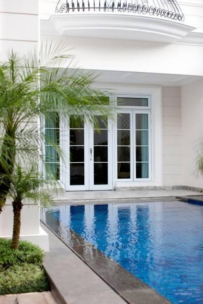 Foto inspirasi ide desain kolam klasik Swimming pool oleh Parama Dharma di Arsitag