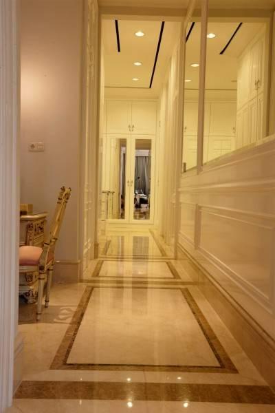 Foto inspirasi ide desain koridor dan lorong klasik Corridor oleh Parama Dharma di Arsitag