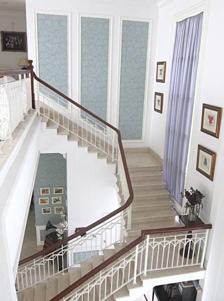 Foto inspirasi ide desain tangga klasik Stairs oleh emilia oei di Arsitag