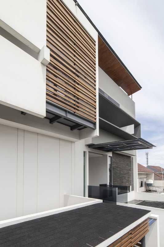 Foto inspirasi ide desain atap kontemporer Herryj-architects-yn-house oleh HerryJ Architects di Arsitag