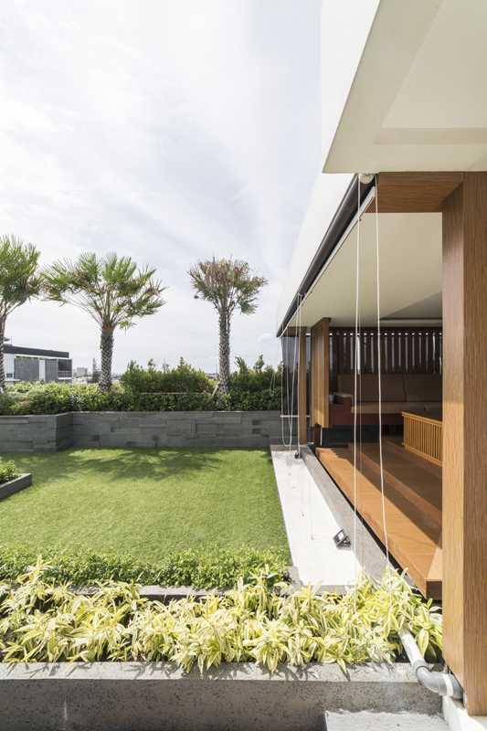 Foto inspirasi ide desain taman kontemporer Herryj-architects-yn-house oleh HerryJ Architects di Arsitag