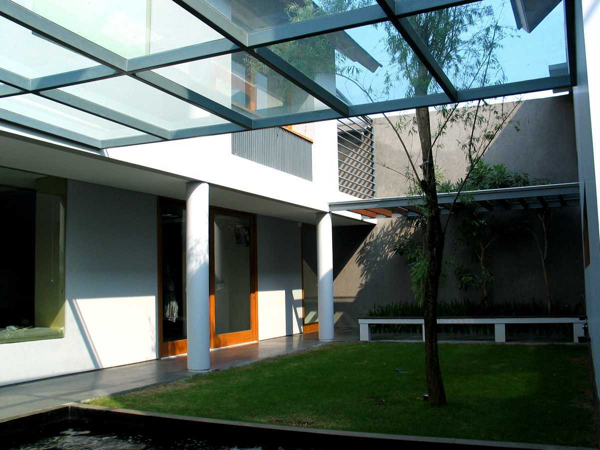 Herryj Architects 2 House Jakarta Jakarta Taman-Tengah-01 Tropis 23890