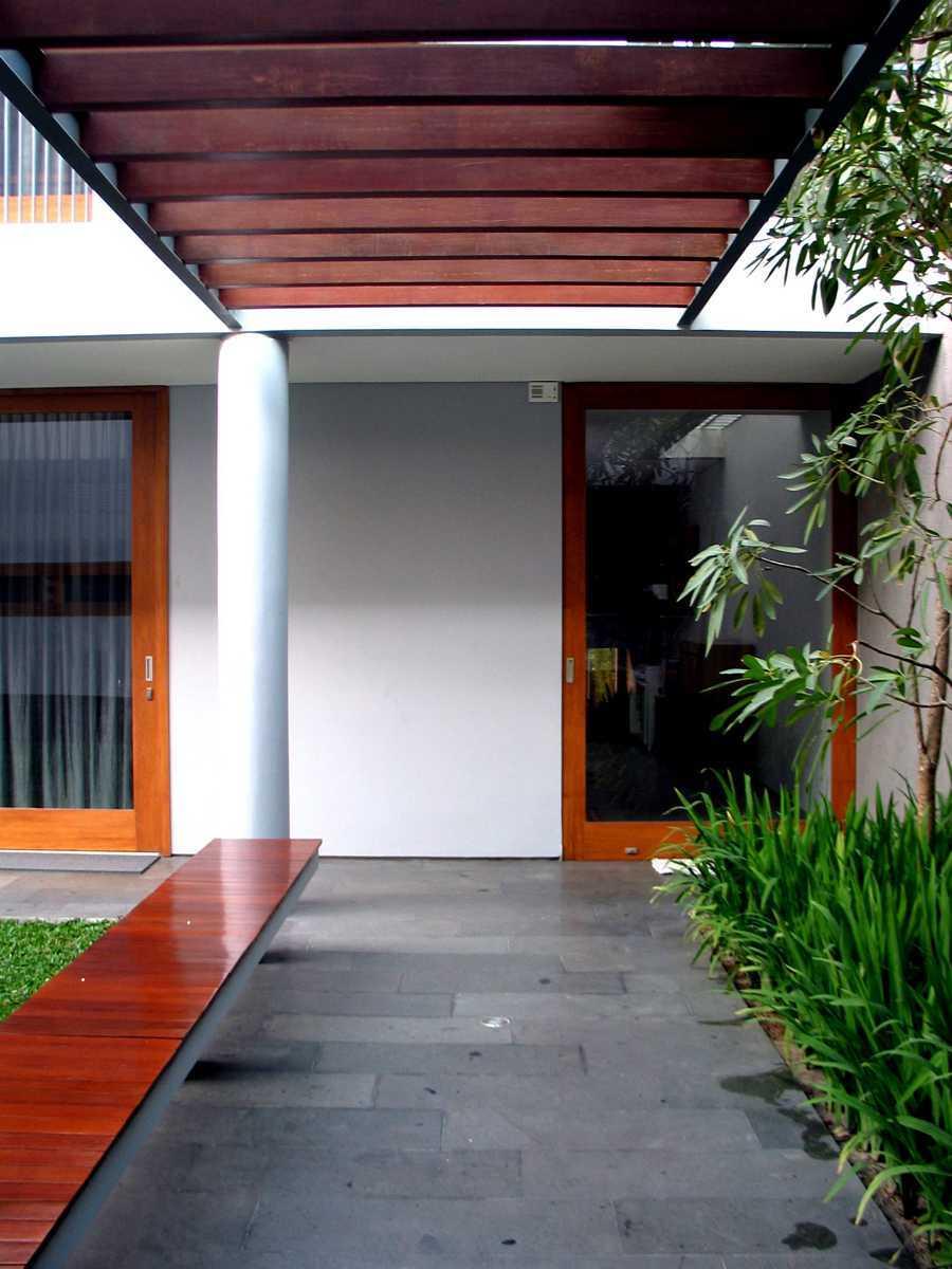 Foto inspirasi ide desain koridor dan lorong tropis Selasar oleh HerryJ Architects di Arsitag