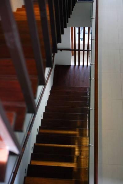 Foto inspirasi ide desain tangga tropis Stairs oleh HerryJ Architects di Arsitag