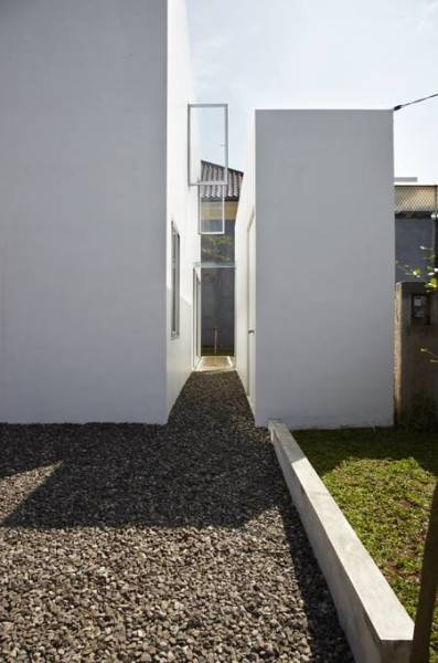 Sontang M Siregar R  House At Taman Laguna Cibubur, Jakarta, Indonesia Cibubur, Jakarta, Indonesia Side Yard Minimalis 5989