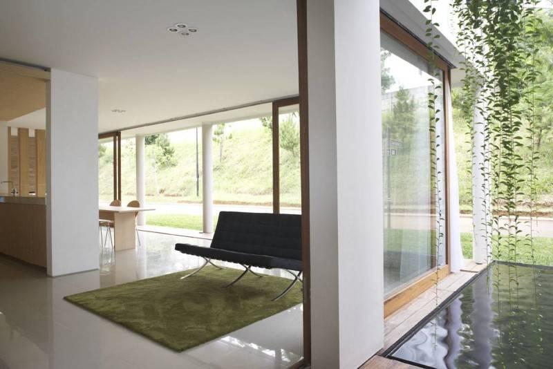 Foto inspirasi ide desain ruang keluarga tropis Livingroom-1 oleh Sontang M Siregar di Arsitag