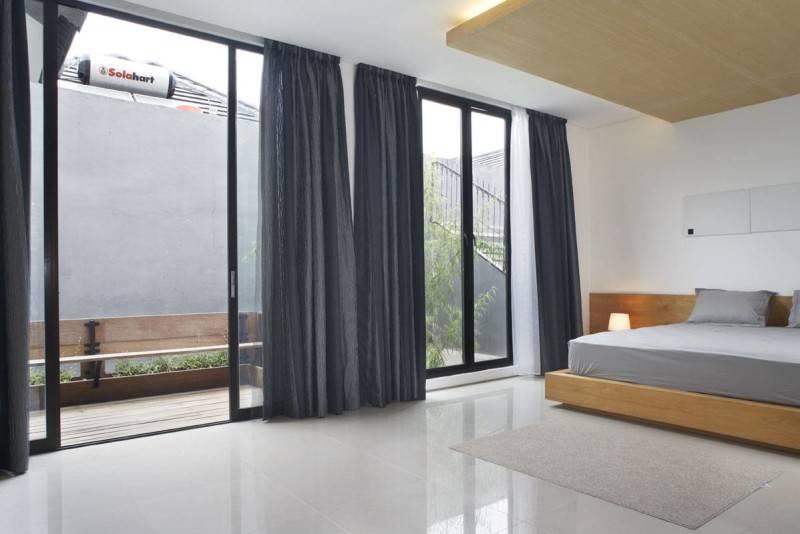 Foto inspirasi ide desain kamar tidur tropis Bedroom-2 oleh Sontang M Siregar di Arsitag