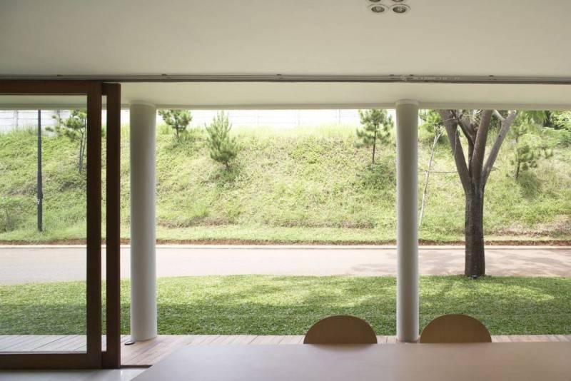 Foto inspirasi ide desain ruang makan tropis Dining-room-1 oleh Sontang M Siregar di Arsitag