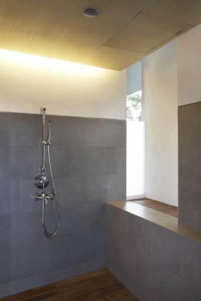 Foto inspirasi ide desain kamar mandi tropis Shower oleh Sontang M Siregar di Arsitag