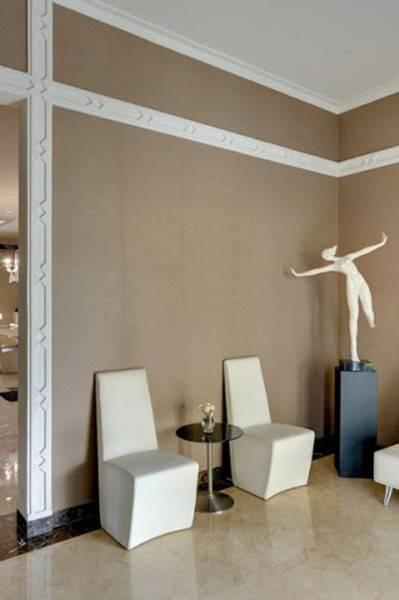 Foto inspirasi ide desain koridor dan lorong kontemporer Foyer oleh Iwan Sastrawiguna di Arsitag
