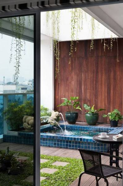 Foto inspirasi ide desain taman kontemporer Small-garden-with-fish-pond oleh Iwan Sastrawiguna di Arsitag