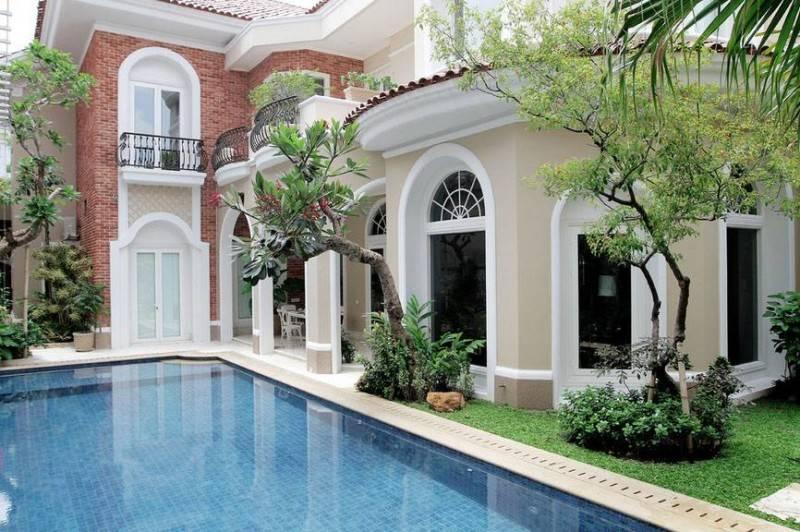 Foto inspirasi ide desain rumah kontemporer Backyard-with-swimming-pool oleh Iwan Sastrawiguna di Arsitag