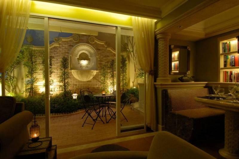 Foto inspirasi ide desain kamar tidur klasik An-apartment-with-mini-garden oleh Iwan Sastrawiguna di Arsitag