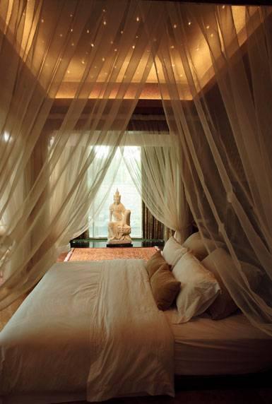 Foto inspirasi ide desain kamar tidur tropis Bedroom oleh Iwan Sastrawiguna di Arsitag