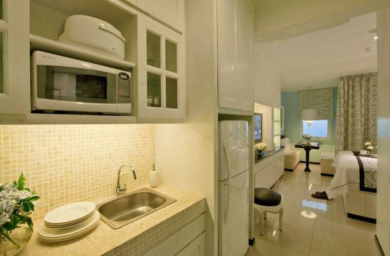 Foto inspirasi ide desain apartemen kontemporer Kitchenete oleh Iwan Sastrawiguna di Arsitag
