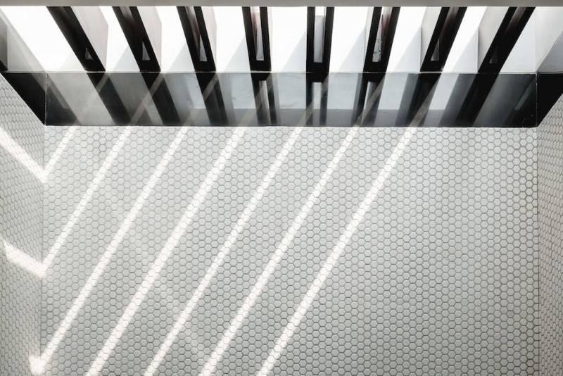 Foto inspirasi ide desain atap Ceiling oleh Adria Yurike Architects di Arsitag