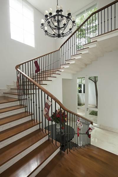 Foto inspirasi ide desain tangga Stairs oleh Adria Yurike Architects di Arsitag