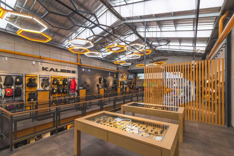 Foto inspirasi ide desain display area industrial Display area oleh DNV Studio di Arsitag