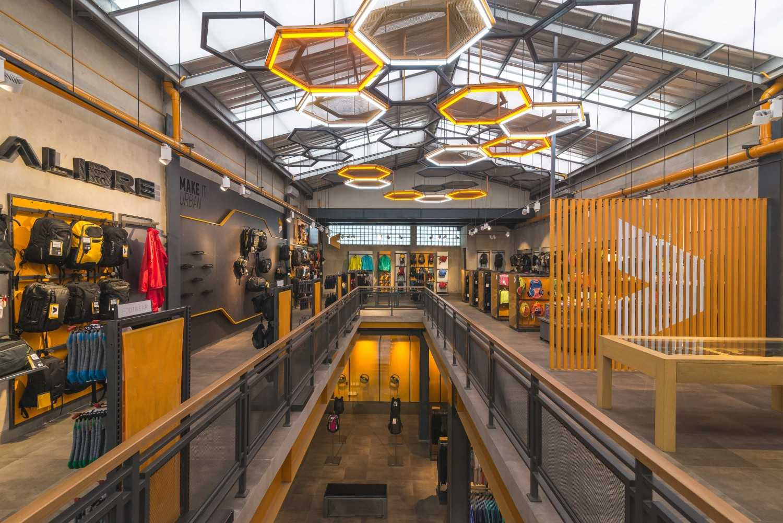 Foto inspirasi ide desain koridor dan lorong industrial Corridor oleh DNV Studio di Arsitag