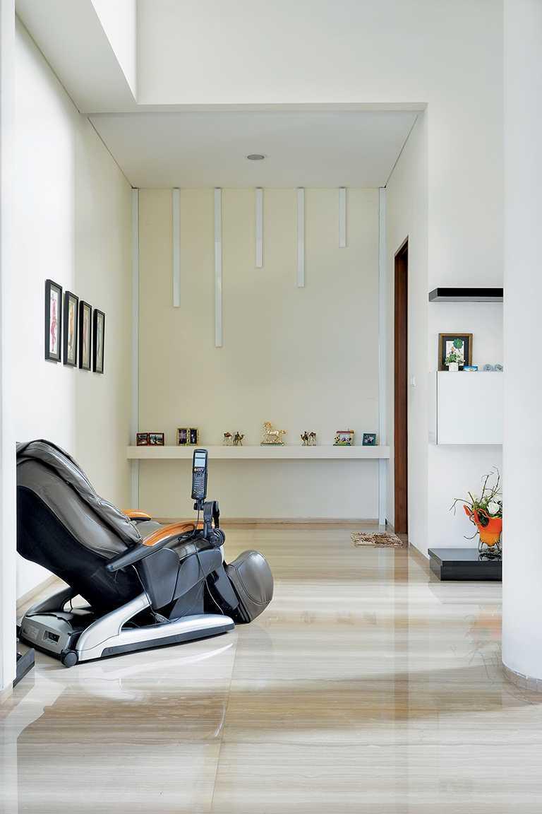 Studio Denny Setiawan Green Garden House Jakarta, Indonesia Jakarta, Indonesia Living-Room-Area  12340