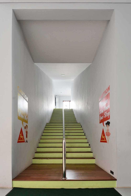 Foto inspirasi ide desain tangga Stairs oleh Studio Denny Setiawan di Arsitag