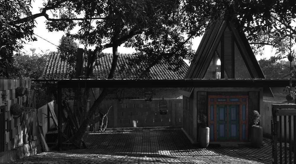 Foto inspirasi ide desain exterior tradisional Front view oleh wegig pangauban - wismaparamasiddha di Arsitag