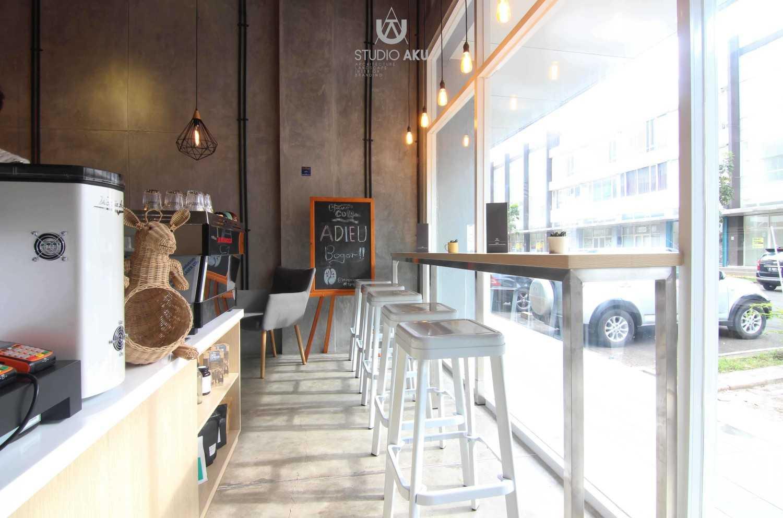 Foto inspirasi ide desain ruang makan industrial Dining area oleh Studio AKU di Arsitag