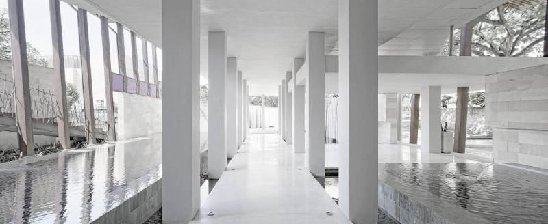 Foto inspirasi ide desain lobby minimalis The bale hallway oleh Antony Liu + Ferry Ridwan / Studio TonTon di Arsitag