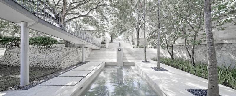 Foto inspirasi ide desain modern The bale courtyard oleh Antony Liu + Ferry Ridwan / Studio TonTon di Arsitag