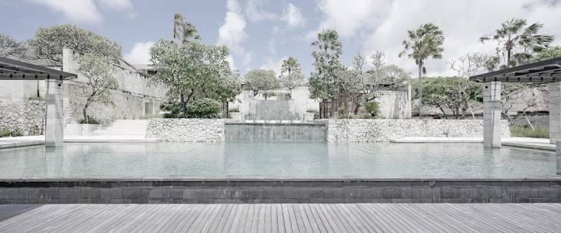 Foto inspirasi ide desain kolam minimalis Swimming pool view oleh Antony Liu + Ferry Ridwan / Studio TonTon di Arsitag