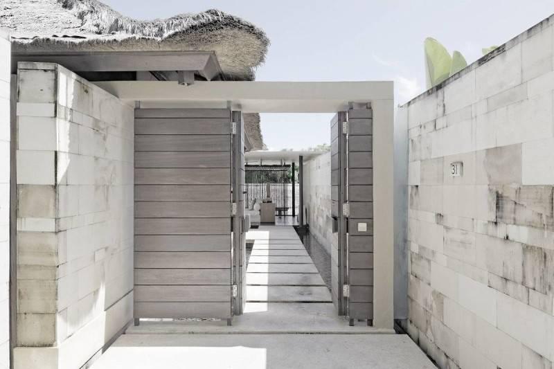 Foto inspirasi ide desain pintu masuk minimalis Wooden gate oleh Antony Liu + Ferry Ridwan / Studio TonTon di Arsitag