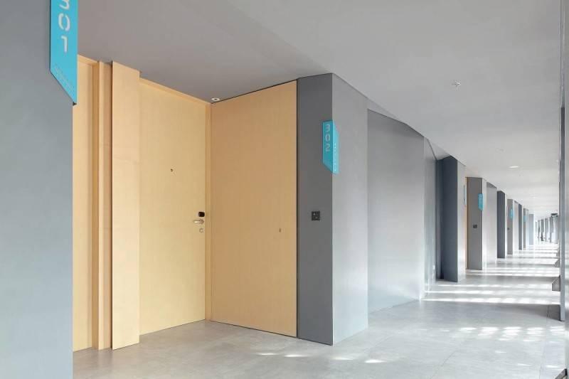 Foto inspirasi ide desain koridor dan lorong modern Corridor room oleh Antony Liu + Ferry Ridwan / Studio TonTon di Arsitag