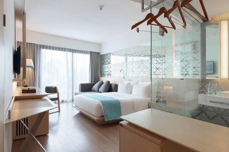 Foto inspirasi ide desain kamar tidur Hotel room oleh Antony Liu + Ferry Ridwan / Studio TonTon di Arsitag