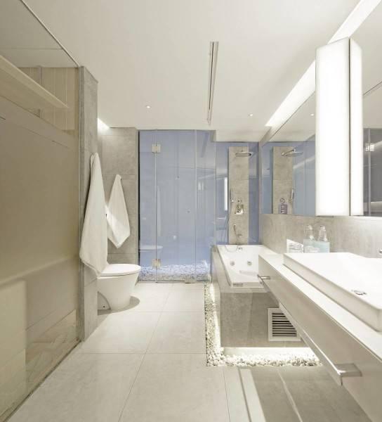 Foto inspirasi ide desain kamar mandi minimalis Bathroom hotel oleh Antony Liu + Ferry Ridwan / Studio TonTon di Arsitag