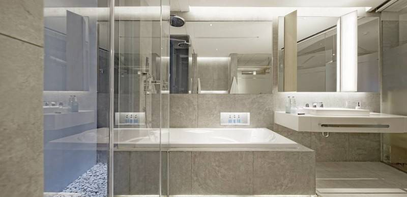 Antony Liu + Ferry Ridwan / Studio Tonton Ize Hotel Seminyak, Bali Seminyak, Bali Bathroom Hotel Modern 7926