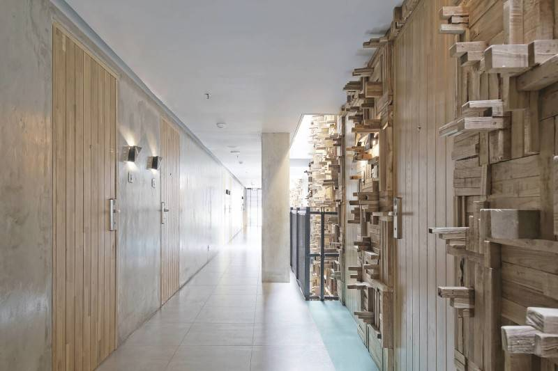 Foto inspirasi ide desain koridor dan lorong minimalis Corridor room oleh Antony Liu + Ferry Ridwan / Studio TonTon di Arsitag
