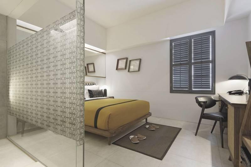 Foto inspirasi ide desain kamar tidur modern Hotel room oleh Antony Liu + Ferry Ridwan / Studio TonTon di Arsitag