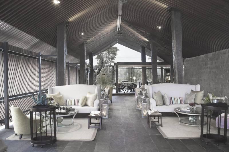 Foto inspirasi ide desain ruang keluarga Living room oleh Antony Liu + Ferry Ridwan / Studio TonTon di Arsitag