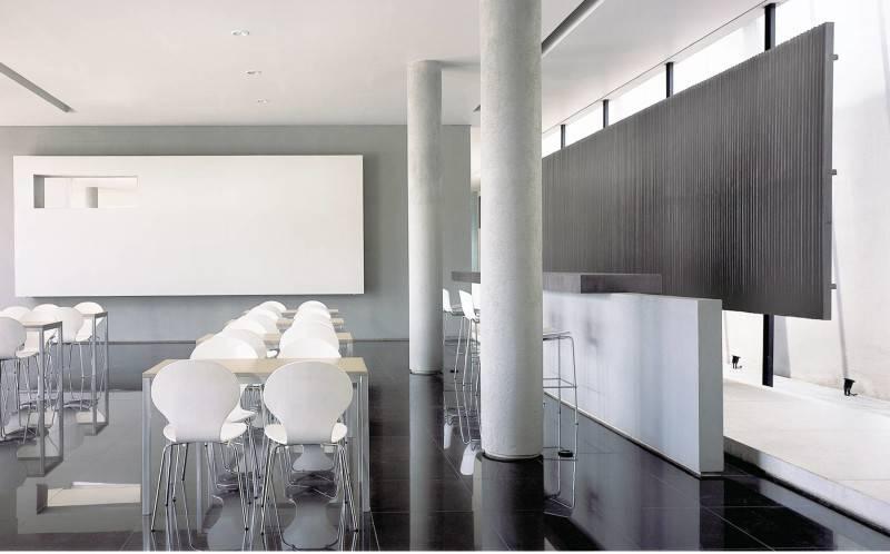 Foto inspirasi ide desain ruang makan minimalis Seating area oleh Antony Liu + Ferry Ridwan / Studio TonTon di Arsitag