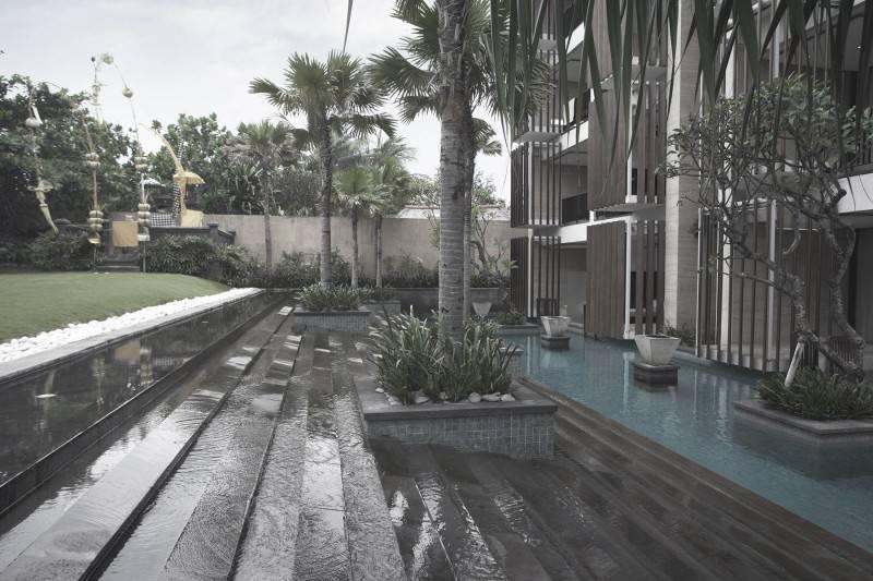 Foto inspirasi ide desain exterior modern Swimming pool area oleh Antony Liu + Ferry Ridwan / Studio TonTon di Arsitag